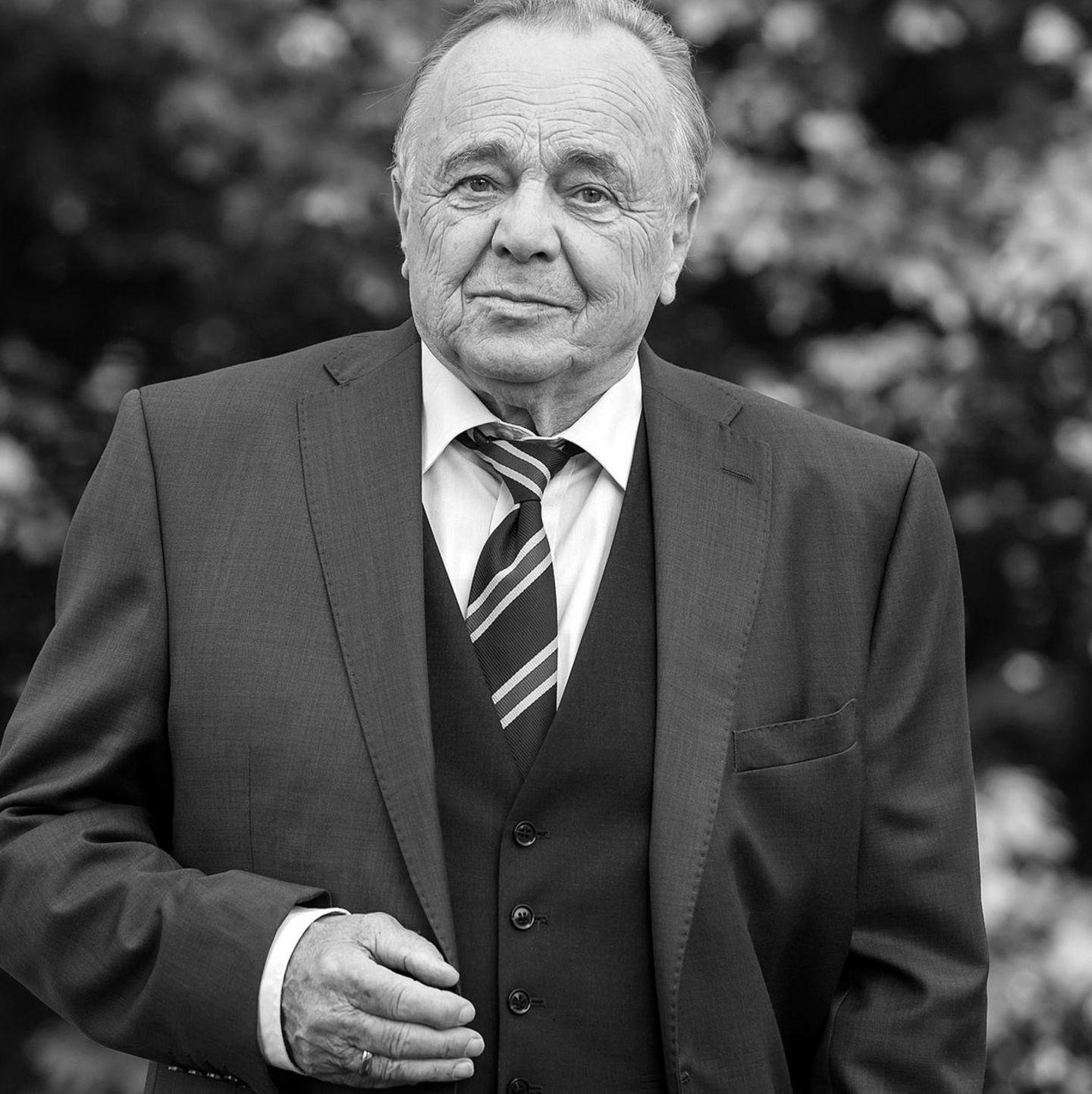 Über 19 Jahre lang spielte er 'Prof. Dr. Gernot Simoni' in der ARD-Erfolgsserie 'In aller Freundschaft'. Am 20. November starb der beliebte Schauspieler mit 77 Jahren.
