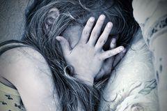 Vergewaltigungsopfer: Ein Kind auf einem Bett (Symbolfoto)