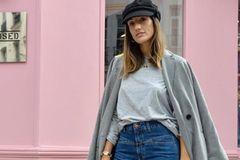 Jeans-Label Closed an einem Model