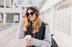 Frau trägt Mütze