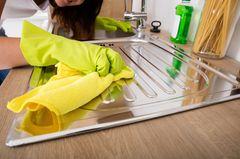Studie zu Ordnung und Rassismus: Eine Person putzt eine Küchenoberfläche (Symbolbild)