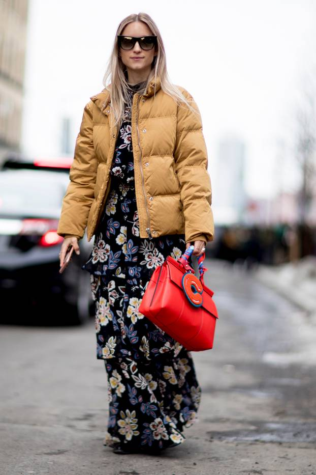 Frau trägt Blumenkleid und Daunenjacke