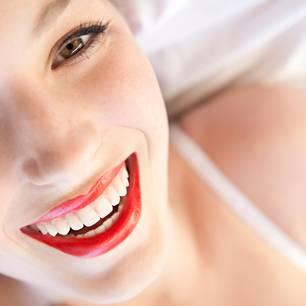 Lippen schminken: Lippenstift oder Lipgloss haltbar machen
