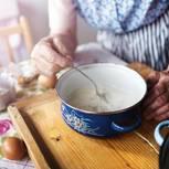 Rizin: Eine alte Dame kocht (Symbolbild)
