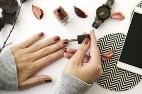 Frau lackiert sich die Nägel