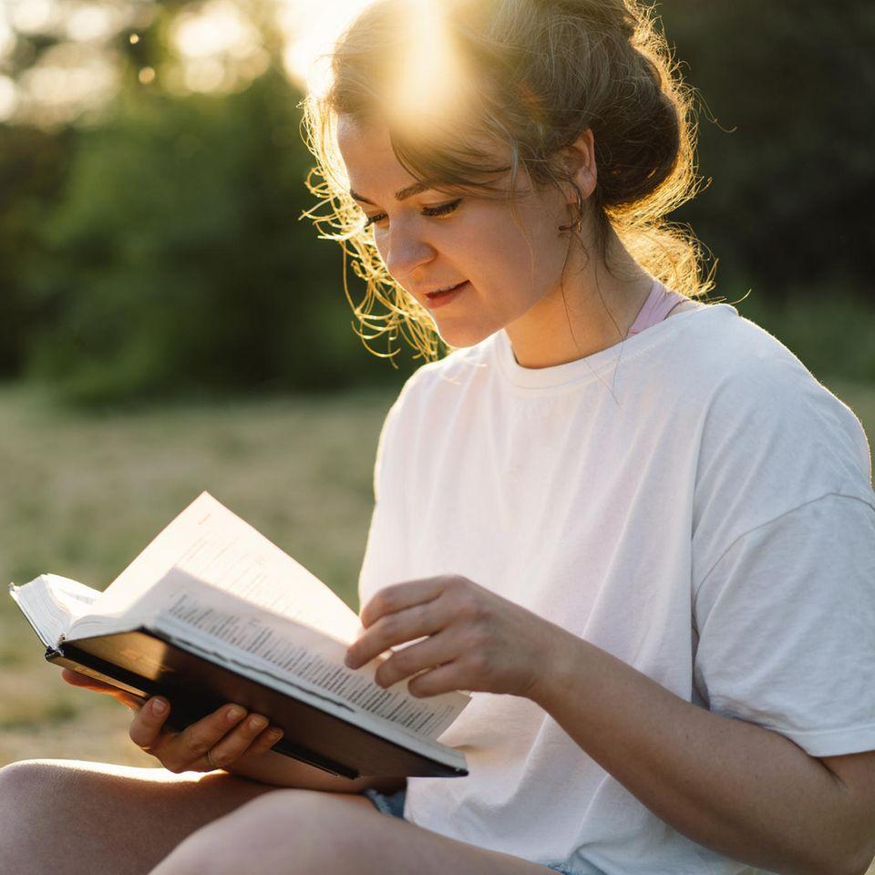 Numerologie: Frau mit Zahlen