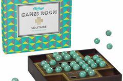 """Mütter mögen gute alte Brettspiele, die es schon gab, als sie selbst Kinder waren. Das Ein-Mom-Spiel """"Solitär"""" zum beispiel, das strategisches Planen schult und gleichzeitig eine fast meditative Wirkung hat. (Games Room Soliär, ab 13 Euro, über luettundfien.de)"""