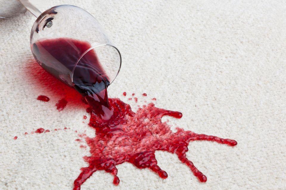 Rotweinflecken entfernen: Die besten Hausmittel