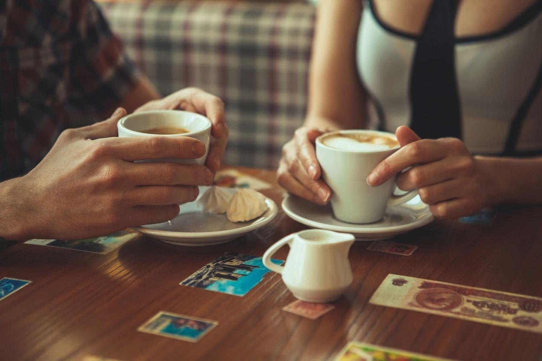 Unpassende Sätze beim Date: Hände mit Tassen
