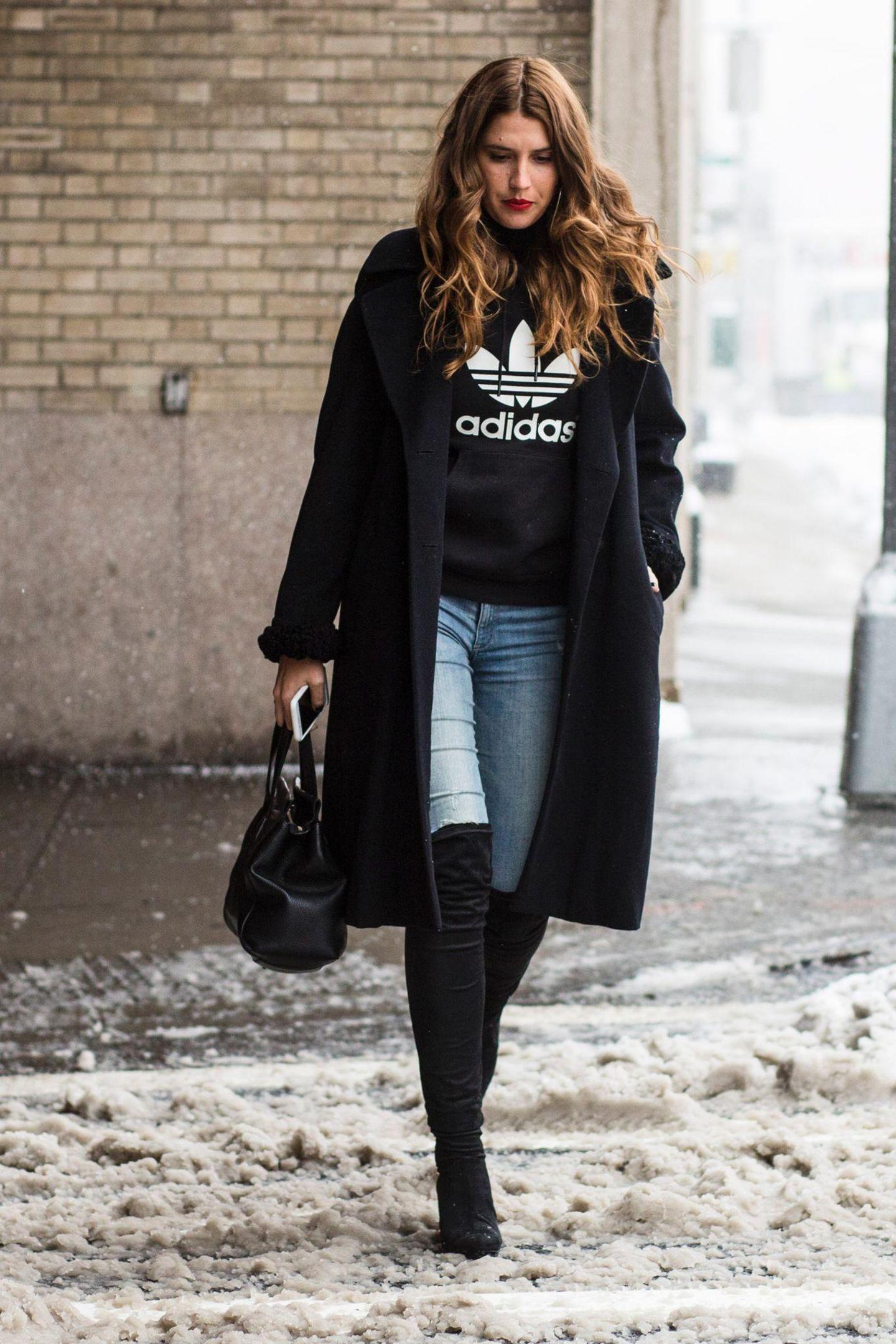 Bloggerin mit Logo-Sweater