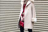 Bloggerin mit camlfarbenen Mantel