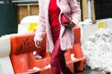 Bloggerin trägt rot-rosa Kombi