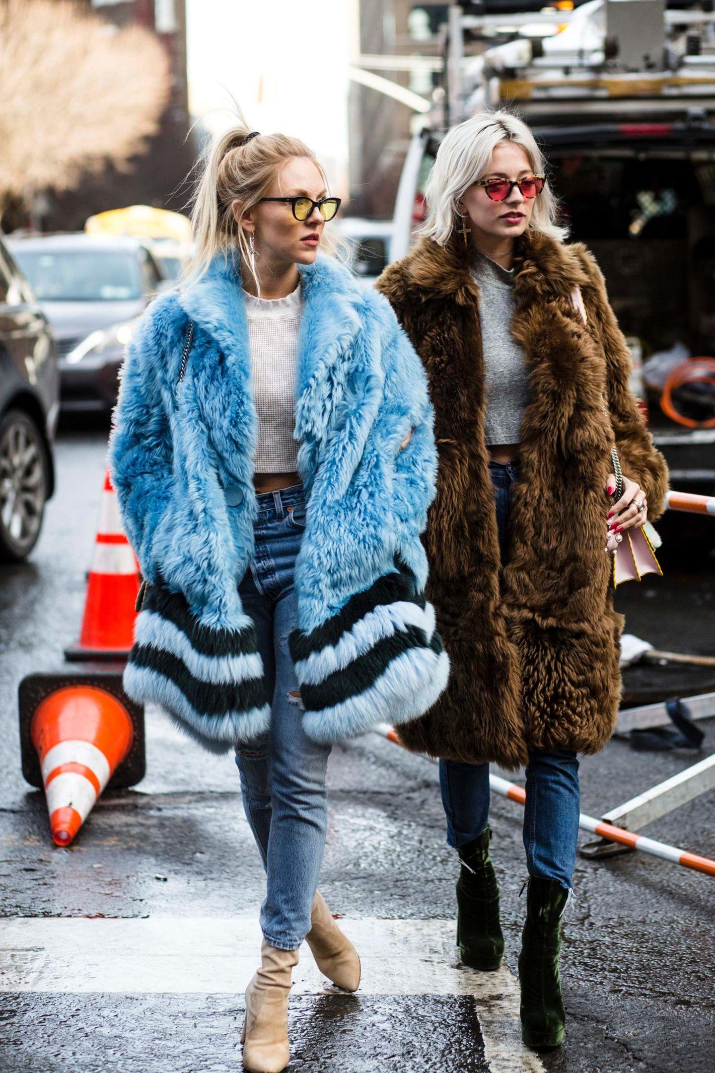 Bloggerinnen mit bunten Sonnenbrillengläsern