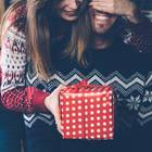 Was wünschen sich Männe zu Weihnachten: Frau schenkt Mann ein Geschenk