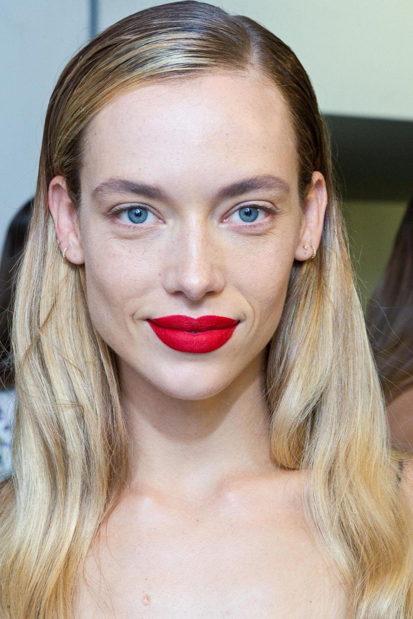 Matte roten Lippen bei einem Modell mit Blumarine