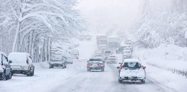 Wetter: Eine verschneite Straße