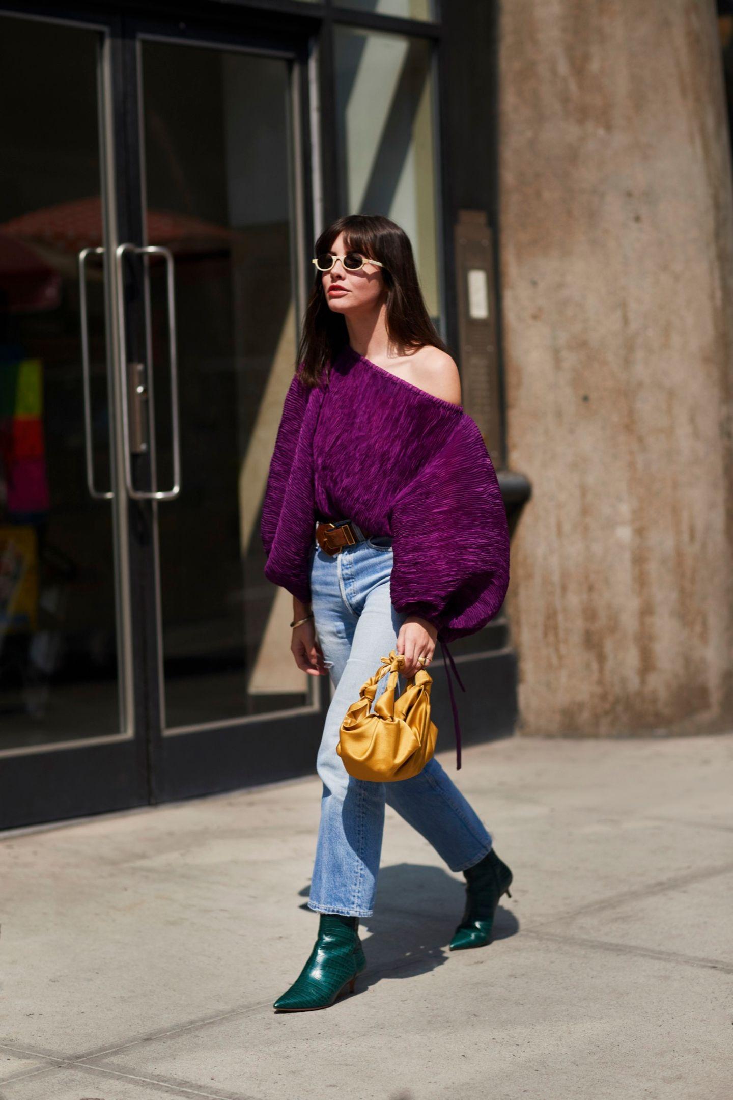Frau trägt Oversized Pullover in Lila