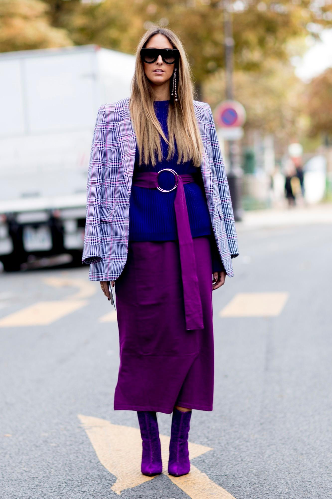 Frau trägt lila-farbenen Look
