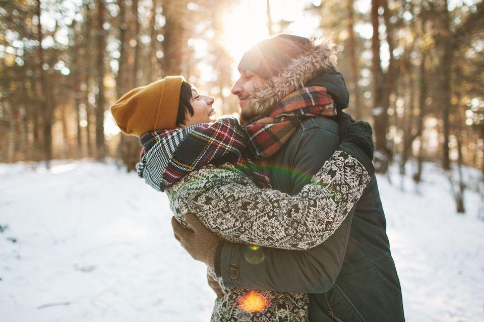 """""""Einmal die Woche""""-Regel: Paar umarmt sich"""