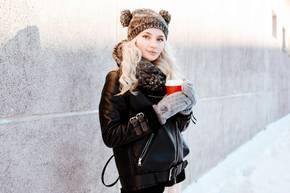 Winter-Accessoires: Frau mit Handschuhen und Mütze
