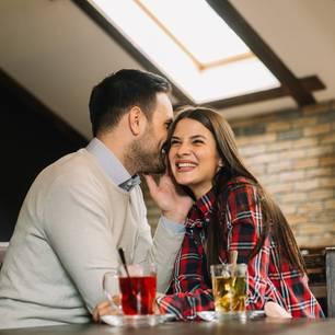 Freund wird angebaggert: Paar flirtet