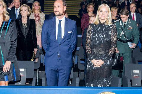 H&M x Erdem: Mette Marit trägt Kleid von der Stange