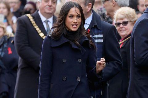 Meghan Markle trägt dunkelblauen Mantel