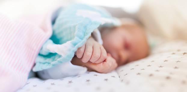 Baby fast zu Tode geschüttelt: Schlafendes Kind
