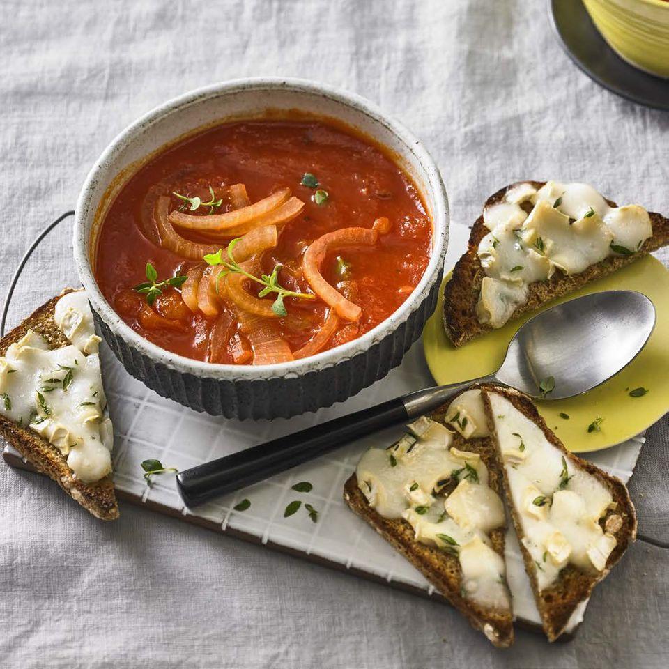 Rote Zwiebelsuppe mit Käse-Croûtons