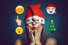 Emoji-Weihnachtslieder: Frau mit Weihnachtsmütze