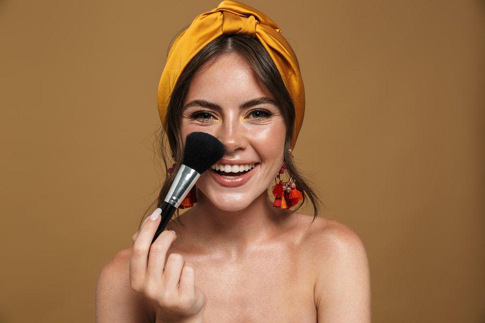 Make-up Schicht deckt Tattoo ab