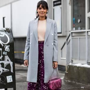 Bloggerin trägt die Trendfarbe Ultra Violet