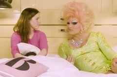 Olivia Jones wird im Bett interviewt