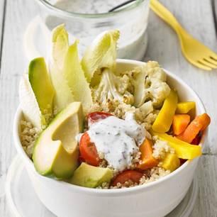 Quinoa-Bowl, Ofengemüse und Kräuterjoghurt