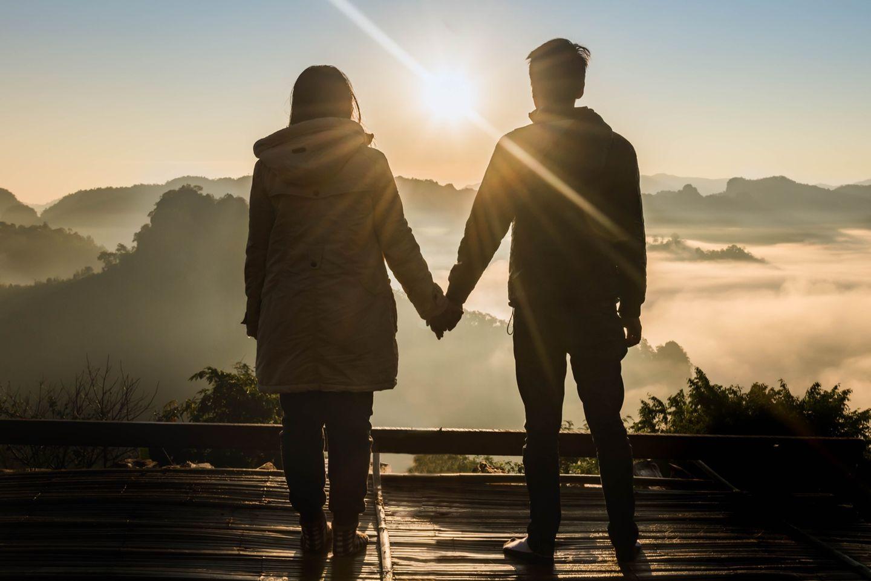 Back-up-Freund: Paar hält Händchen
