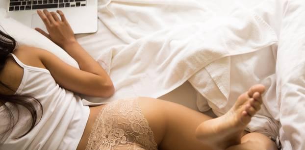 Pornos für Frauen: Frau mit Laptop im Bett