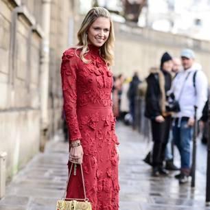 Frau trägt rotes Kleid