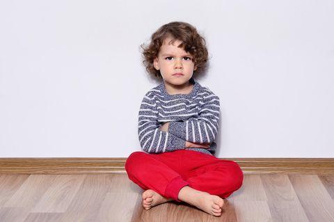 Streit mit Kind vermeiden: Beleidigter Junge