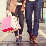 Die beliebtesten Modemarken 2017: Paar mit Tüten