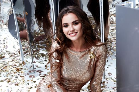 Silvester Outfit: Frau in einem goldenen Party-Kleid