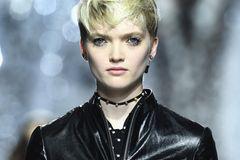 Kurze Haare stylen: Langes Deckhaar an einem Model