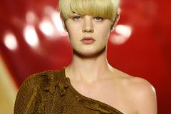 Kurze Haare stylen: Pottschnitt an einem Model