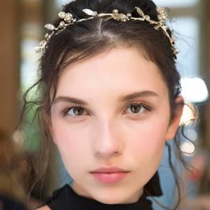 Steckfrisuren: einfacher Bun mit schmückendem Haarreif