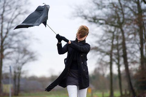 Aktuelle Wetterwarnung: Orkan und Hochwasser bedrohen Deutschland