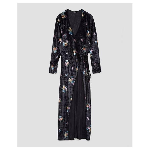 Wow! Langes Maxikleid aus Samt im Kimono-Stil und mit Blumenmuster. Von Zara, um 40 Euro.