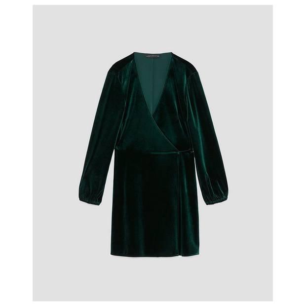 Was für ein Hingucker! Das Samtkleid in Dunkelgrün von Zara, um 26 Euro.