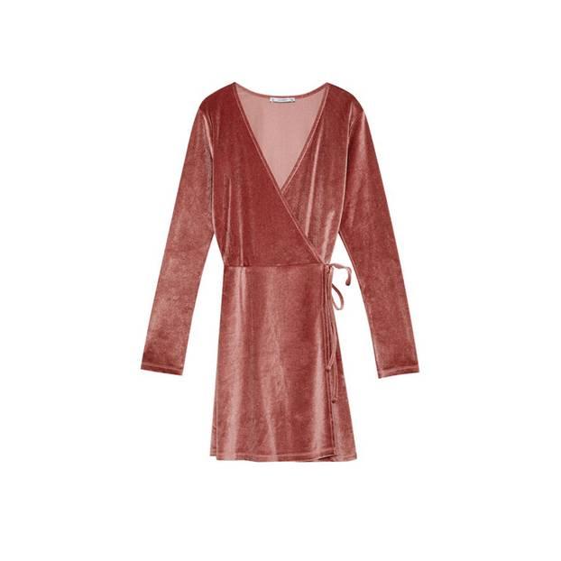 Individuell verstellbares Wickelkleid in Dunkelrosa, von Pull&Bear, um 26 Euro.