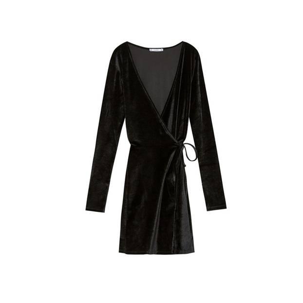 Schlicht und elegant: Schwarzes Wickelkleid aus Samt. Von Pull&Bear, um 26 Euro.