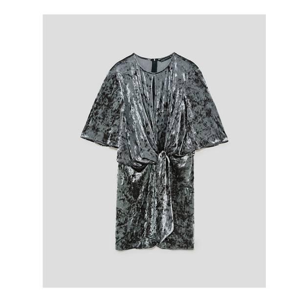 Samt-Kleid mit zentraler Drappierung in Silber. Über Zara, aktuell auf 26 Euro reduziert.