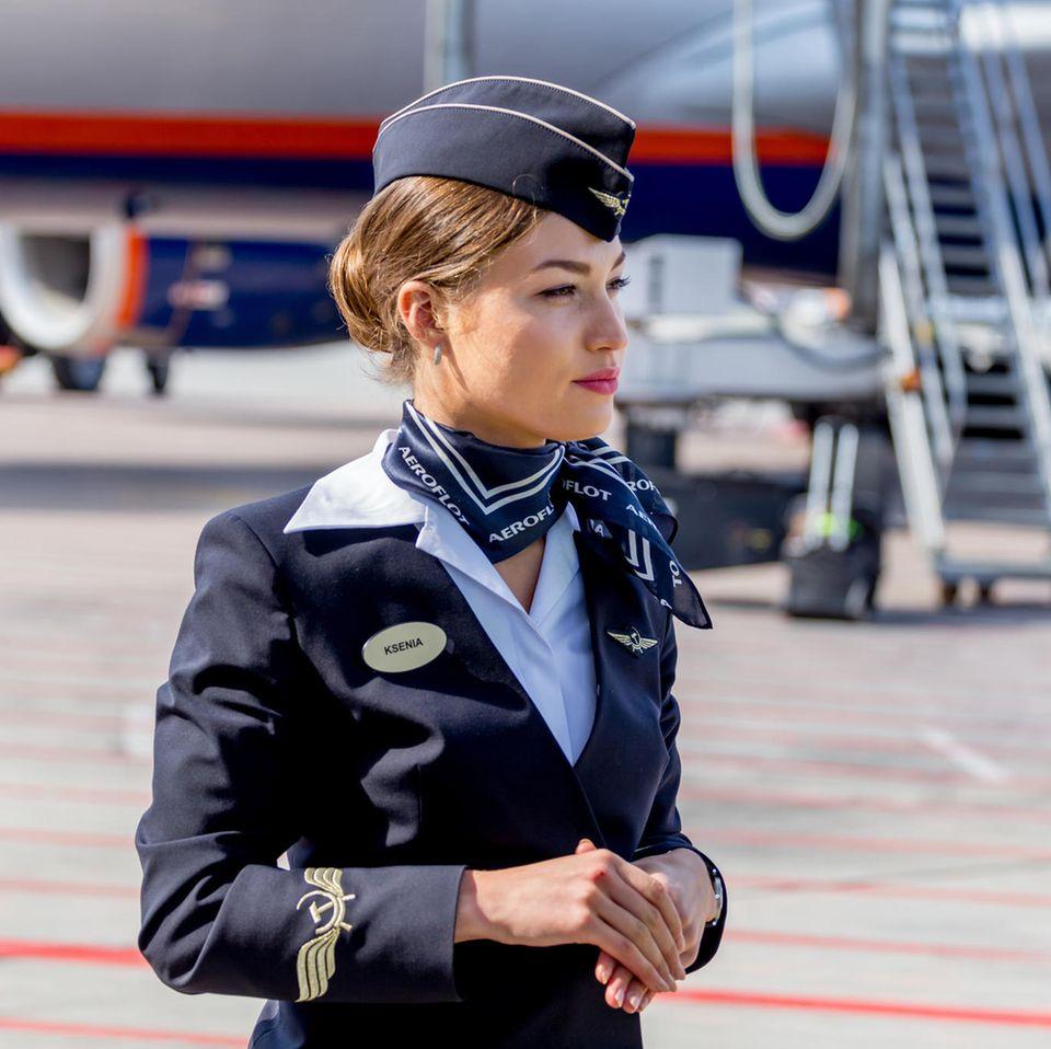 Scheidungs-Statistik: eine Flugbegleiterin auf einem Rollfeld.